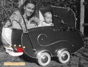 Nieuwkamp kinderwagen rond 1950 met familie van de fabrikant (collectie M. Menting Nieuwkamp, Leuth)